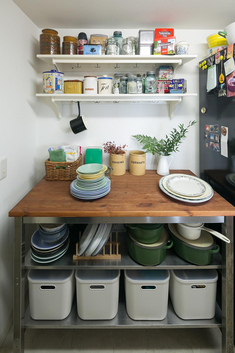 IKEAのカウンターをキッチンに。棚の上には好きな紅茶のティーバッグを瓶に入れて並べている。