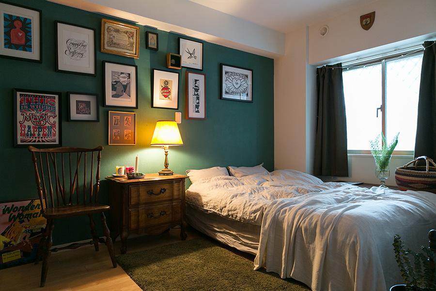 寝室の壁には、落ち着いた深いグリーンのペンキを塗った。