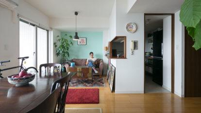海辺のマンショの一室から アンティークをカジュアルに使う楽しさを提案