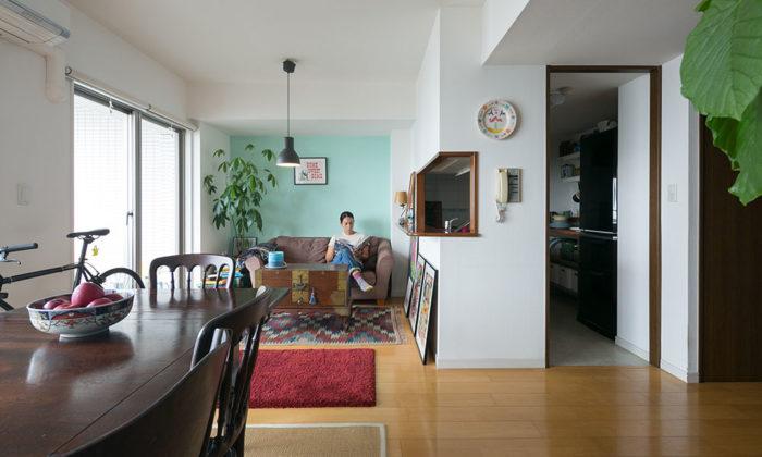 海辺のマンションの一室からアンティークをカジュアルに使う楽しさを提案