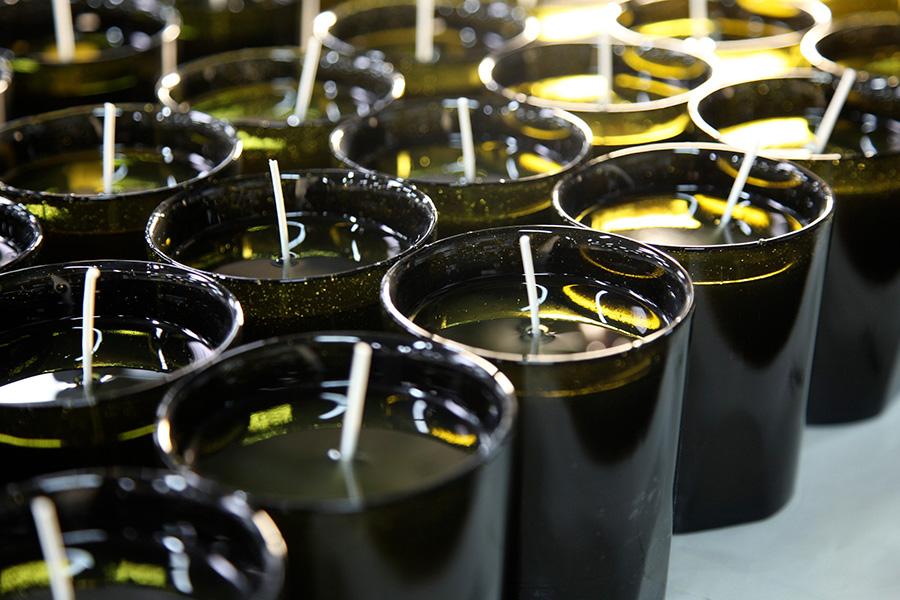 植物由来成分のワックスに、蒸溜されたエッセンシャルオイルで香りづけ。