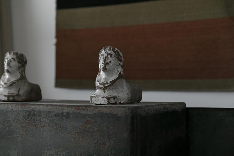 大正時代の金庫(gallery takamine)の上に載っているものは、イタリア製の暖炉の脚(miyawaki modern)