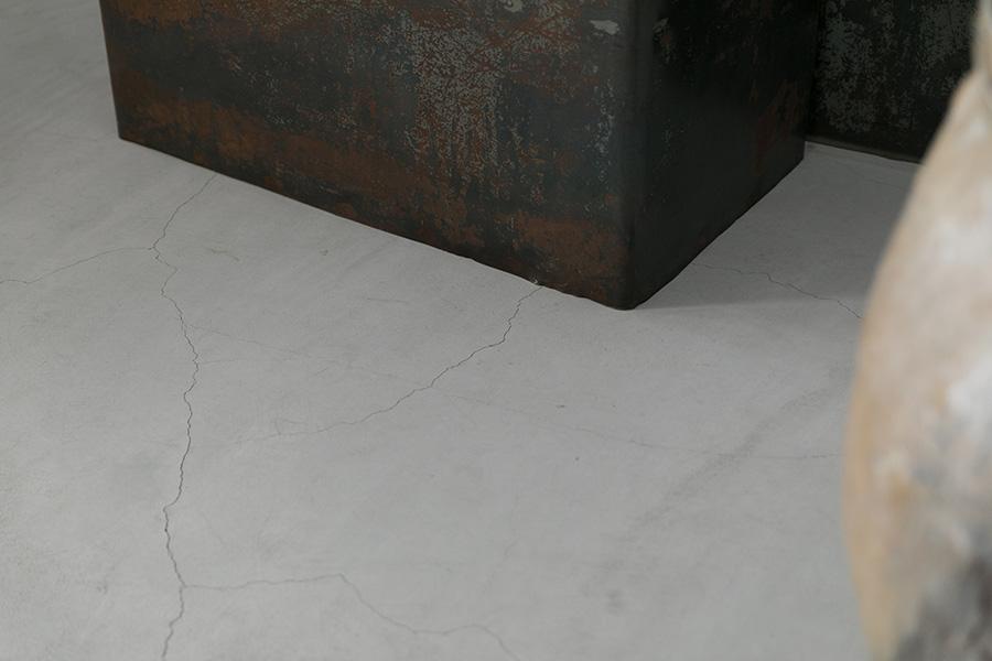 ギャラリーの床は、玄関からひと続きになっているモルタルの土間。