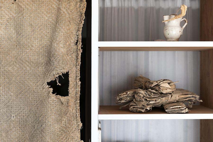 古い紙の束もアートになる(古道具坂田)。刺し子の布は、漁師が床に敷いて、この上で網を繕っていた時に使ったものだそう(gallery takamine)。