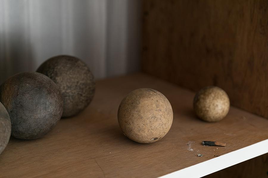 使い込まれたアンティークのペタンクの球(miyawaki modern)。