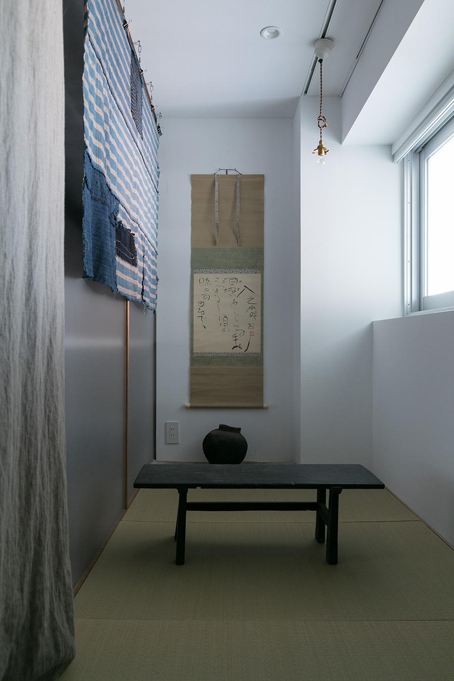 土間から1段上がった畳の間。正岡子規に師事した河東碧梧桐というアーティストの掛け軸と、弥生土器を飾った。手前は経机(すべてgallery takamine)。