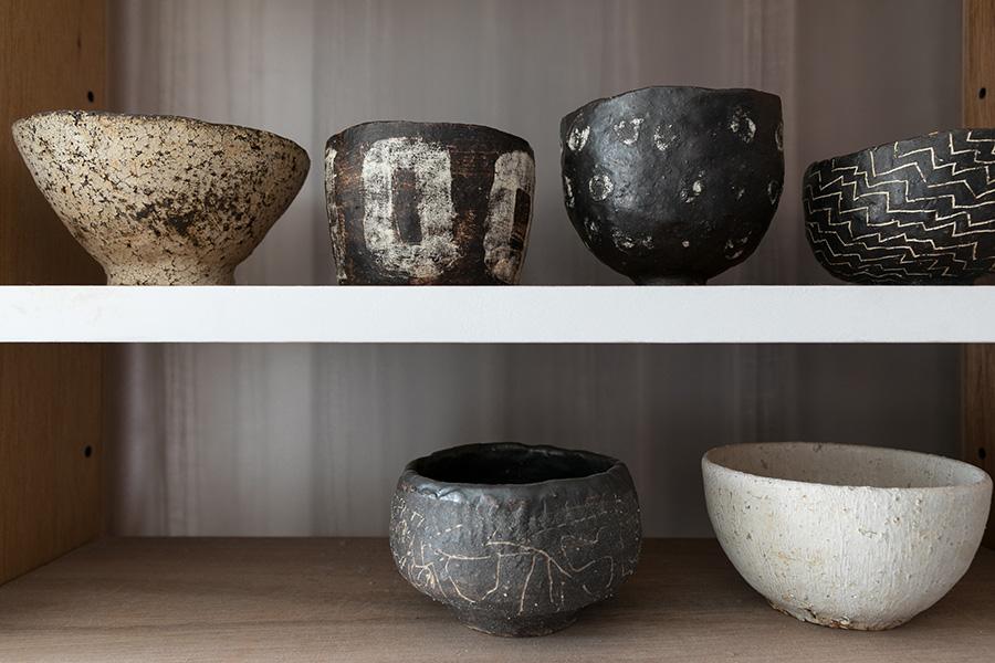 陶芸家の浜名一憲や、こばやしゆうの作品が食器棚に並ぶ。