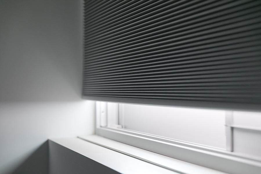 集合住宅であっても、組合との相談の上、見た目が変わらなければ防音断熱機能に優れたガラス・サッシに替えてよいことになったとのこと。線路際に立つマンションだが、音はかなり静かになった。断熱効果に優れたハニカムブラインドも設置(環境設備設計協力:高瀬幸造)。