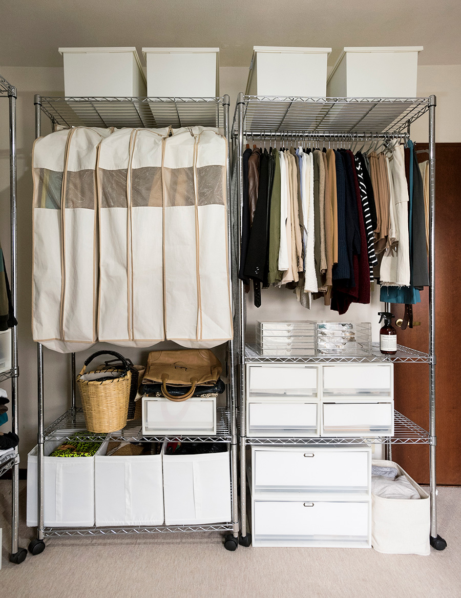 アイリスオーヤマのユニットシェルフを愛用。衣類、バッグ、アクセサリーなど身の回りのものをすべてここに集約。