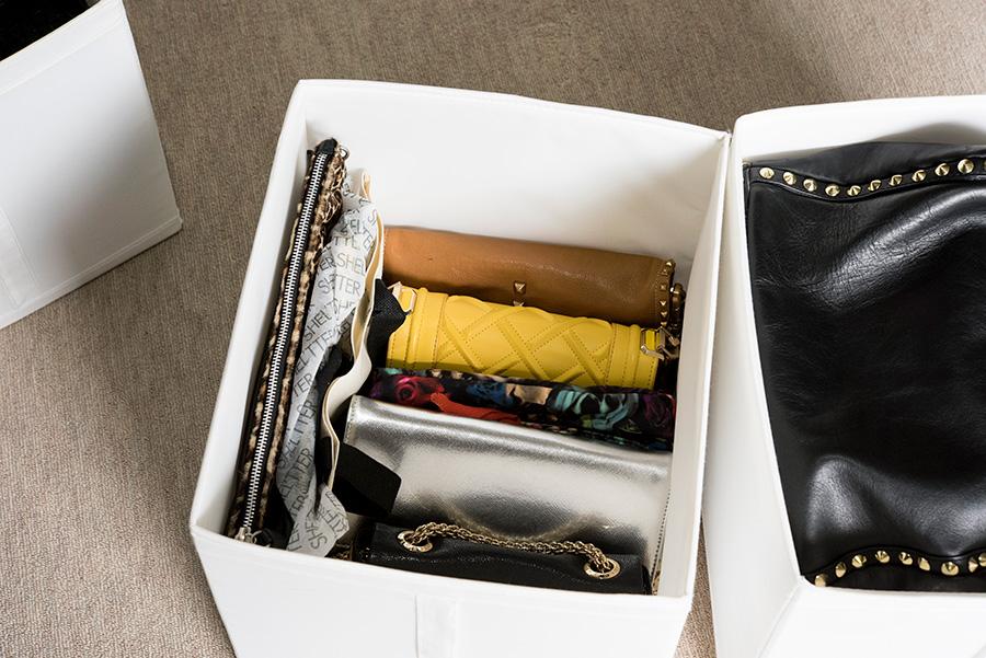 小ぶりのバッグは立てて、大ぶりのものは袋を中に詰め、寝かせて収納。IKEAの取っ手つきのケースが便利。