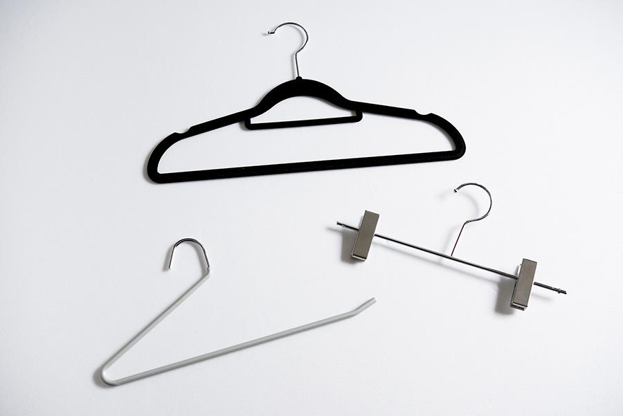 起毛かがっていて滑らないハンガーや、パンツなどを片側から入れられるハンガーを愛用。ネットやニトリで購入。