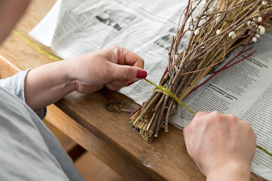 [9]麻ひもできつく結ぶ。枝が抜け落ちないようにしっかりと。