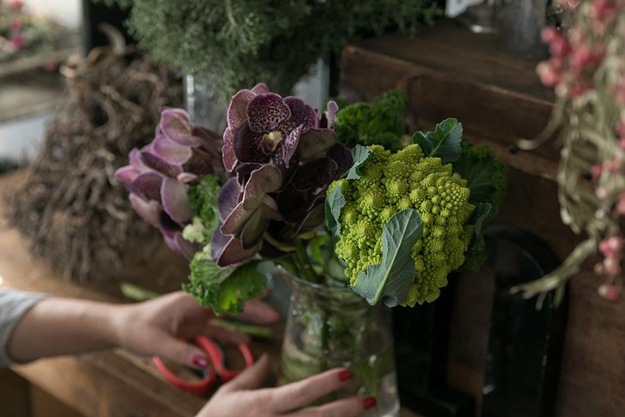 粒々の形がインパクトのあるロマネスコは、カリフラワーの仲間の野菜。紫の花弁に斑が入った蘭と、チリチリの葉を持つケールの3種類を合わせる。