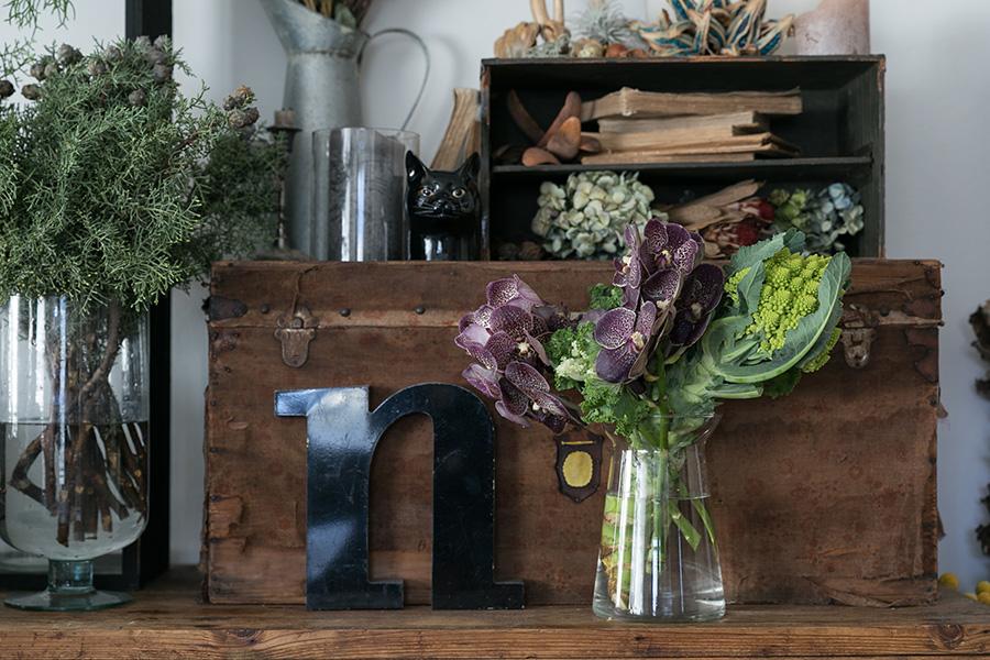 ボリュームのあるロマネスコとケールが、蘭を留める役割を果たす。「3」はバランスがとりやすい数字。3つの花材を使うとまとまりが出しやすい。