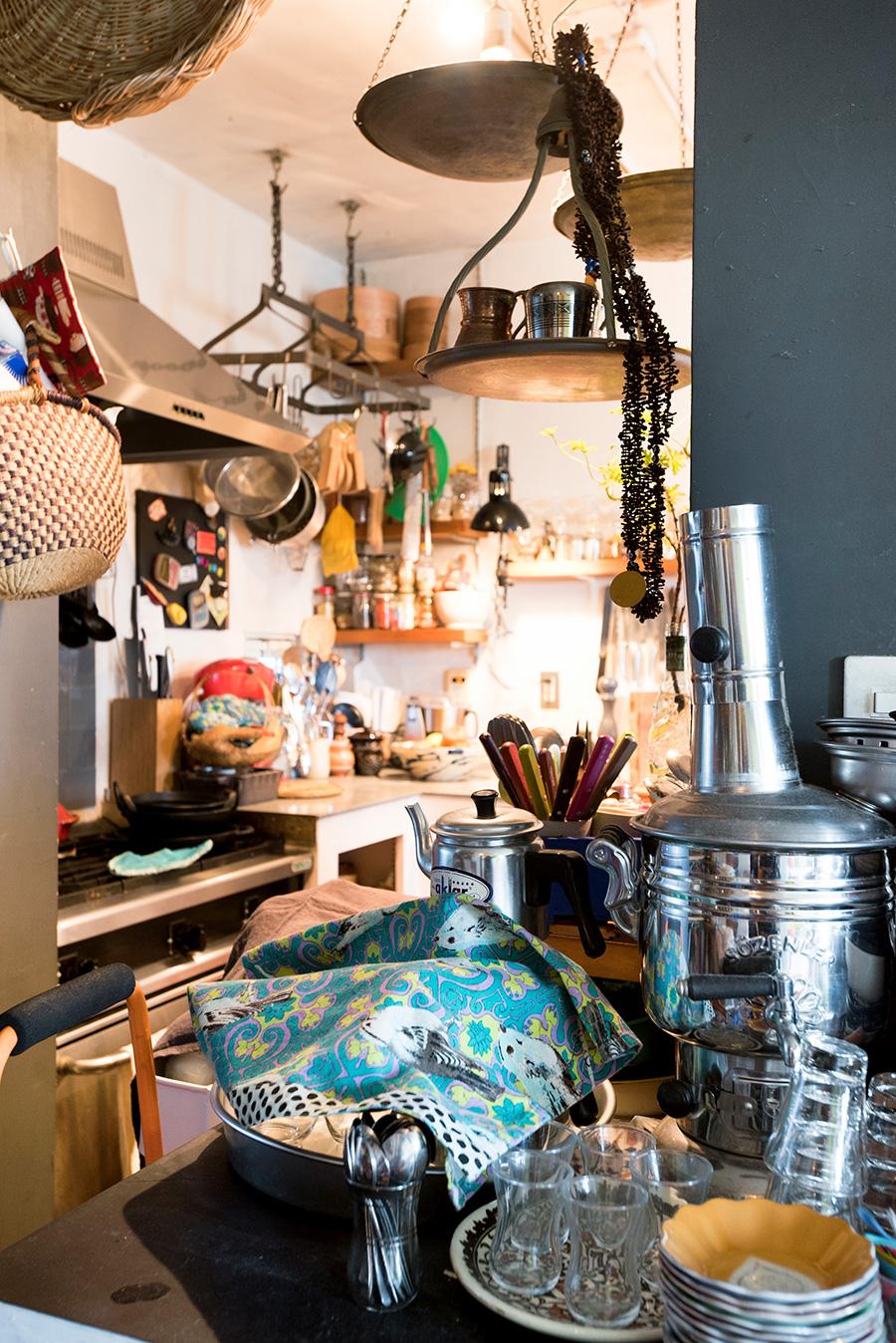 料理教室で使用する食器やカトラリーも、海外で買ってきたもの。天井から吊るされたエイジング感のあるハンガーが、空間を隙間なく彩る。
