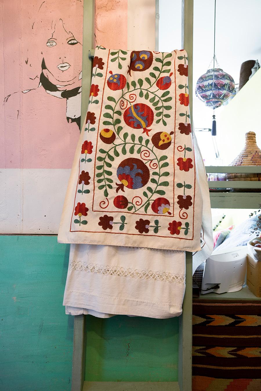 ウズベキスタンの一般家庭で、母から娘に伝承される刺繍を施した布。梁には夫が描いたというペイントが。