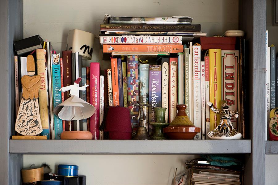 お気に入りのスーフィー人形を本棚に。