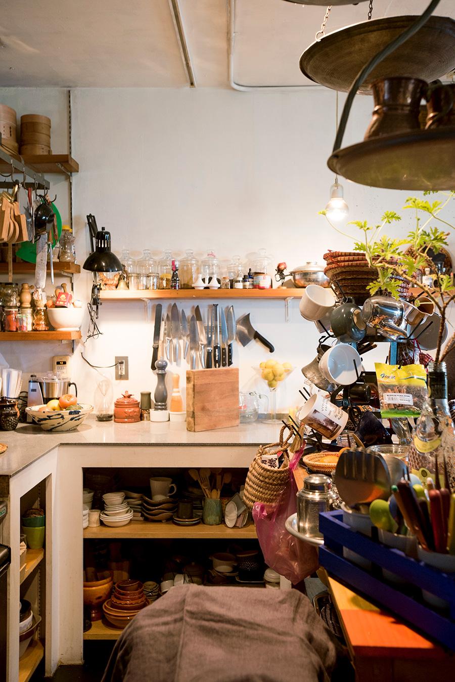 キッチン台下の収納は扉をつけずオープンに。コレクションが眺められる上、扉の開け閉めがなく動作に無駄がない。