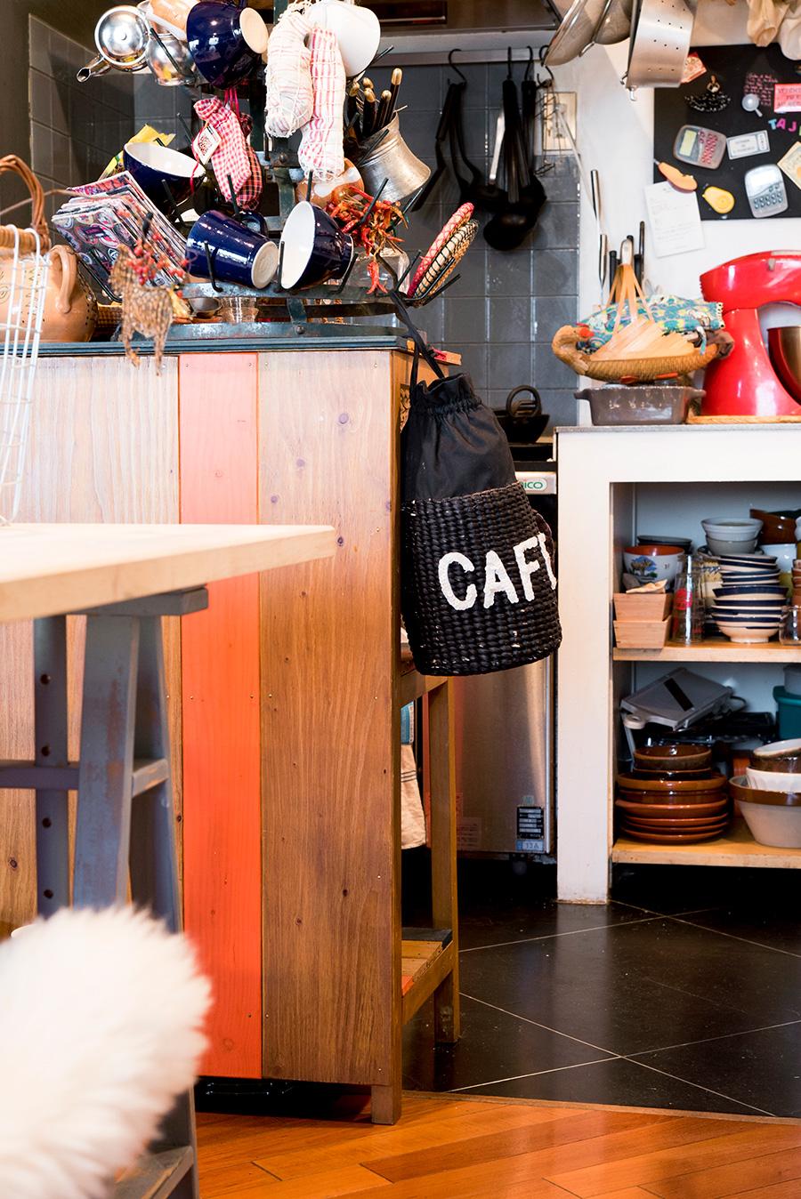 キッチンまわりの床はPタイルを工夫して使用。左の棚は部屋の雰囲気に合わせて、女性アーティストにオーダーしたもの。
