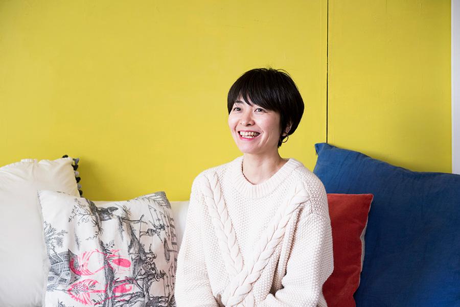 旅から得たインスピレーションでレシピを考案する料理家、口尾麻美さん。著書もたくさん。新著は「はじめまして 電鍋レシピ」(グラフィック社)。