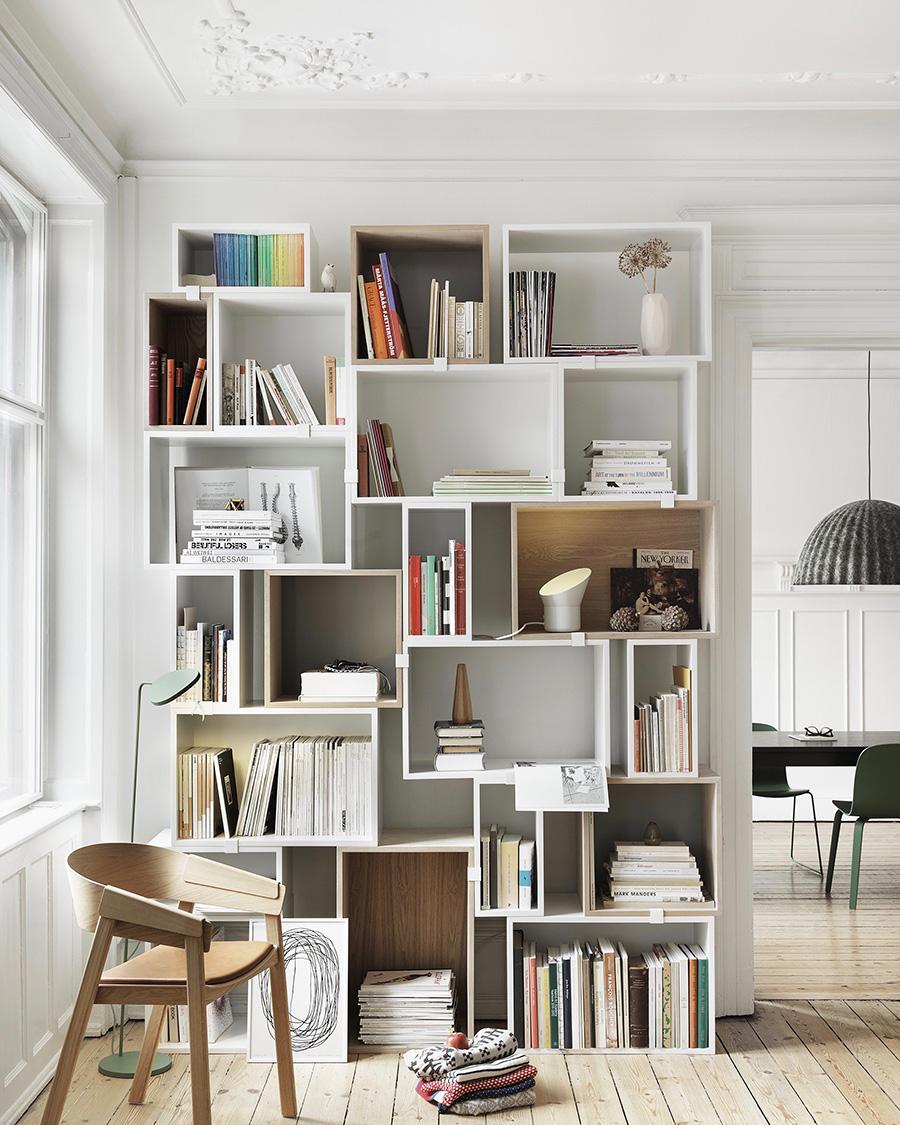壁面を活かした本棚。
