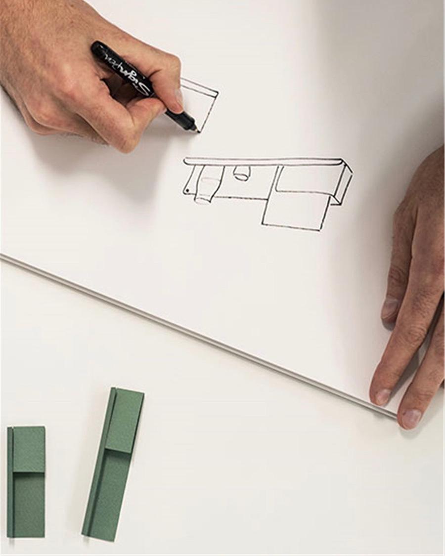 折り畳みのデザインを検討するヨハンのスケッチ。
