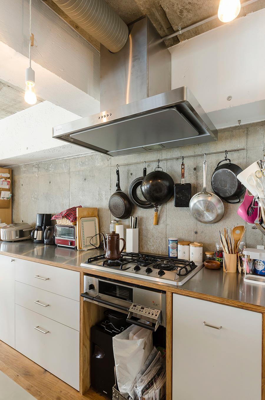キッチン照明にはLEDのエジソン電球を採用。