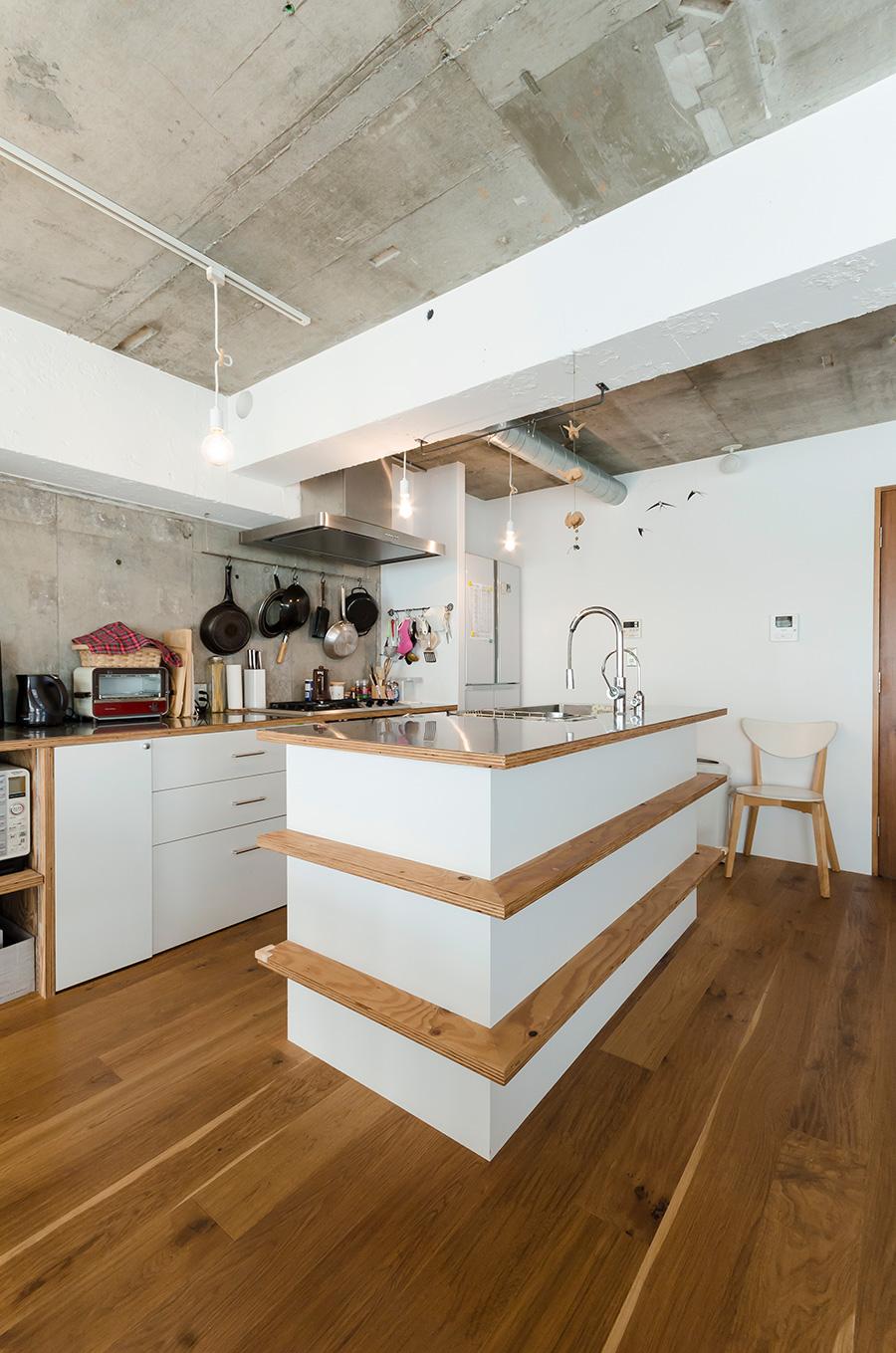 アイランドキッチンにはラーチ合板の飾り板をプラスした。