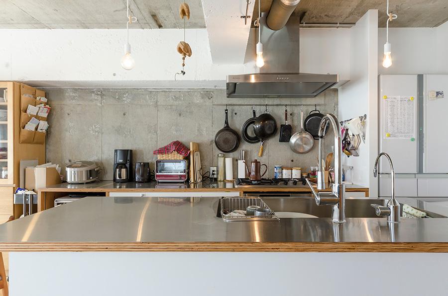 キッチンのコンクリート壁はニスで加工を施し、ツヤのある質感を演出。