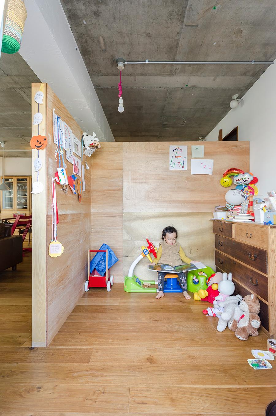 視界が遮られることで子供も気兼ねなく遊びに集中できる様子。