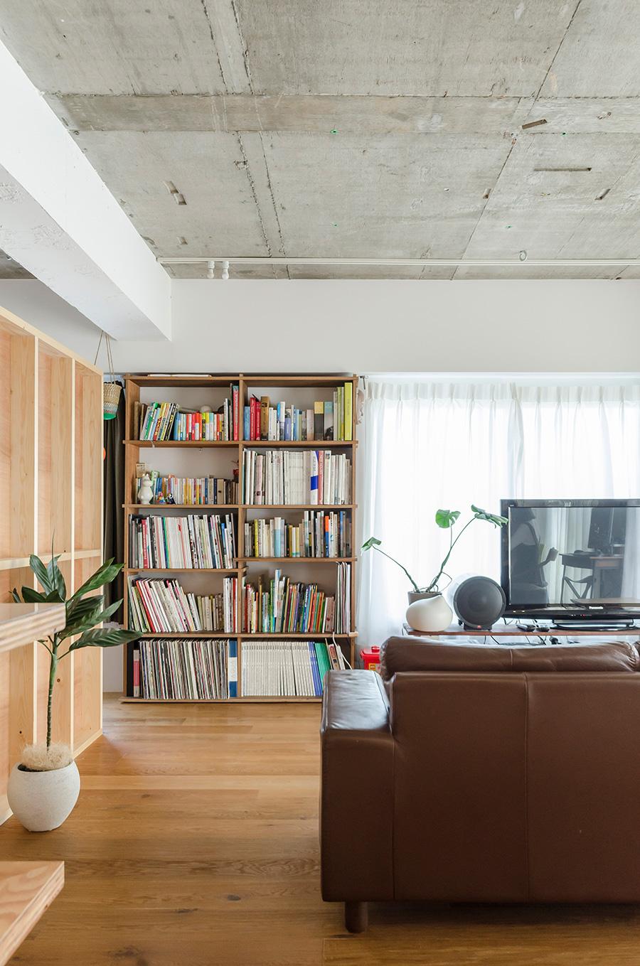 前の自宅から持ってきた本棚は、自らDIYで作製したもの
