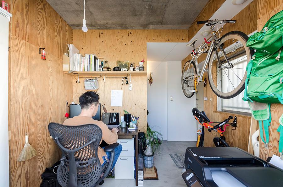 バルコニーへの出入りは、晃範さんの仕事部屋を通って。
