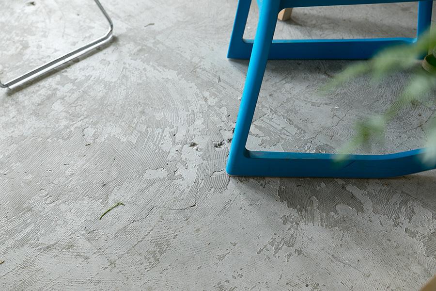 コンクリートの床には、埃を抑えることができる表面強化剤をDIYで塗装した。