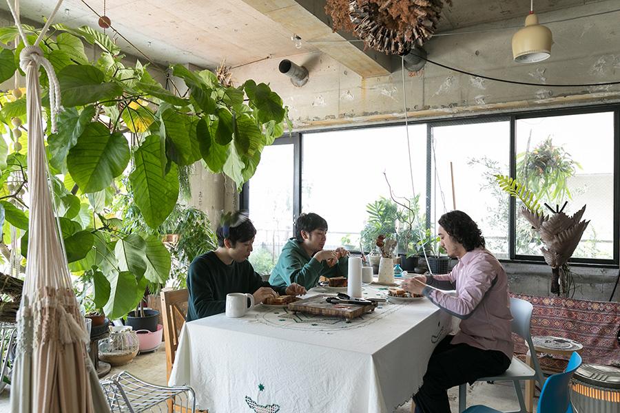 同じ建築事務所の雨宮さんと、インターンの神山さんで囲む遅めの朝食。
