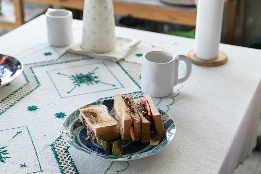 食器やテーブルクロスはベトナムのハノイで買ったものを愛用中。「青と黄色のポッチのついた陶器は友人の『mai maruo』に作ってもらいました」