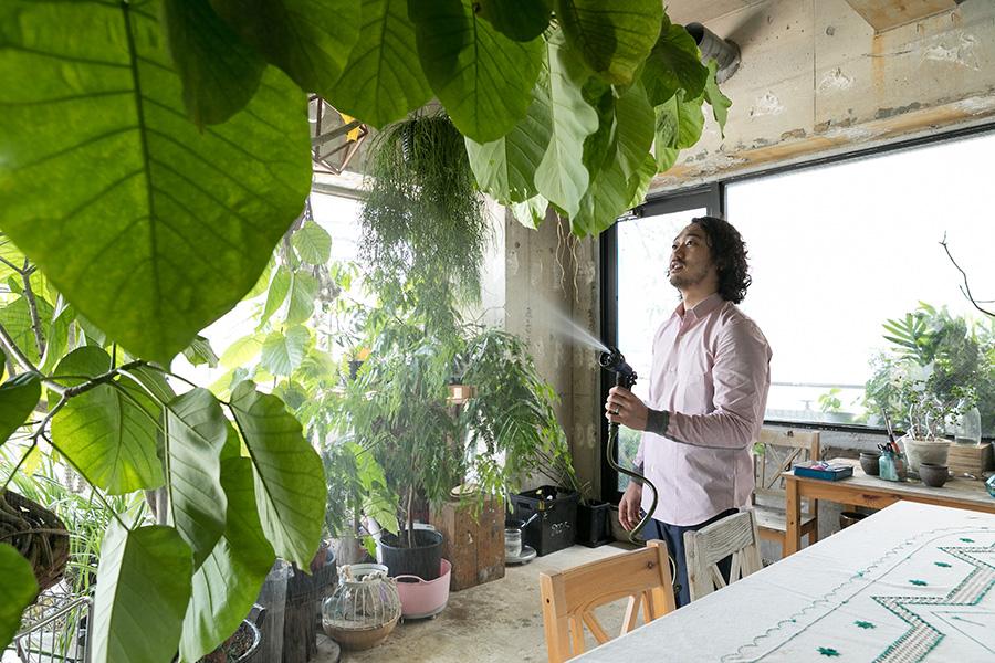床がコンクリートなので、大胆に水やりができる。フラワーデザイナーの奥様の好美さんの影響もあって植物が好きになったそう。