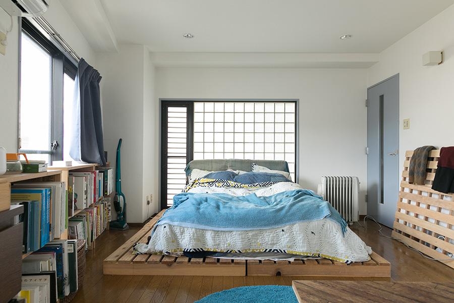 キッチンとベッドルームの床はフローリング。ベッドのマットレスの下にもパレットを敷いている。