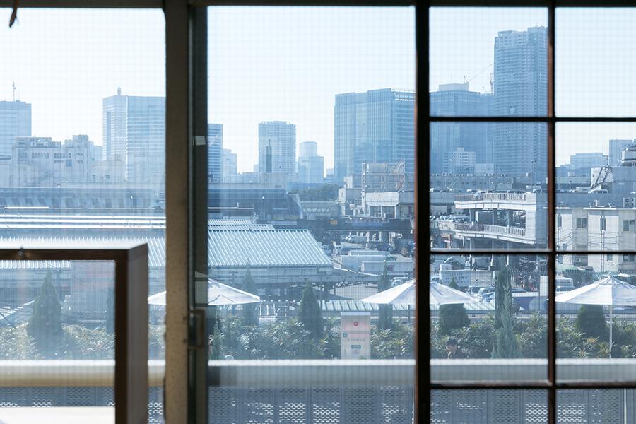 眼前に広がる、築地市場。「最近は外国からの観光客も多くて、本当に賑わっています」。