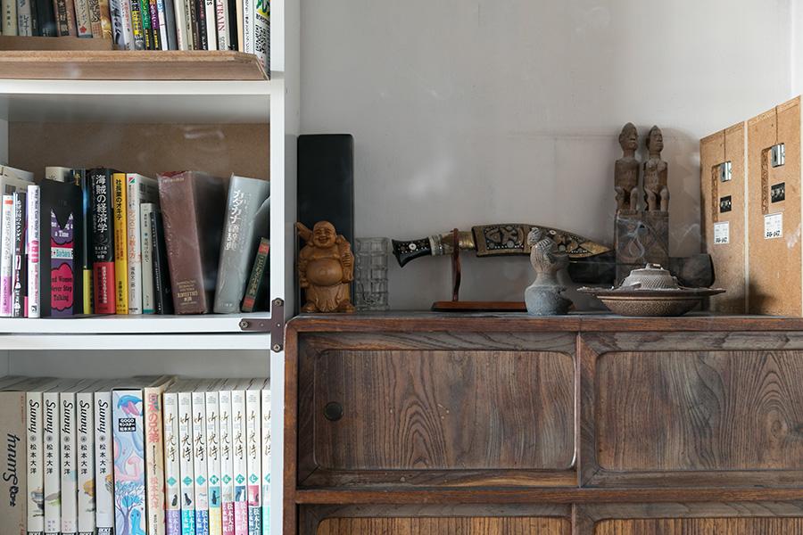 本棚の横には、古い収納棚が。