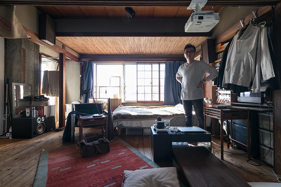 広々としたワンルーム。奥の天井は、元は和室だった名残の葦簀天井。