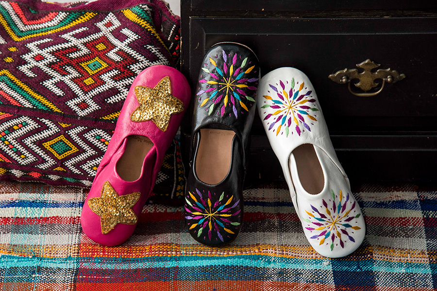 左から スタースパンコールバブーシュ(ピンク)¥4,000 カラフル刺繍バブーシュ(ブラック・ホワイト)各¥4,000 クッション 参考商品