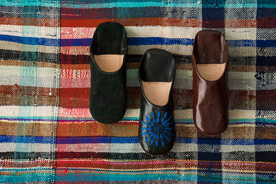 左から メンズ スエードバブーシュ(ブラック)¥5,200 メンズ 刺繍バブーシュ(ブラック)¥5,000 メンズ バブーシュ(ブラウン)¥4,800
