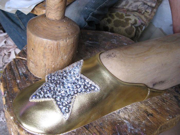 熟練職人による多くの行程を経て、1足のバブーシュができあがる。