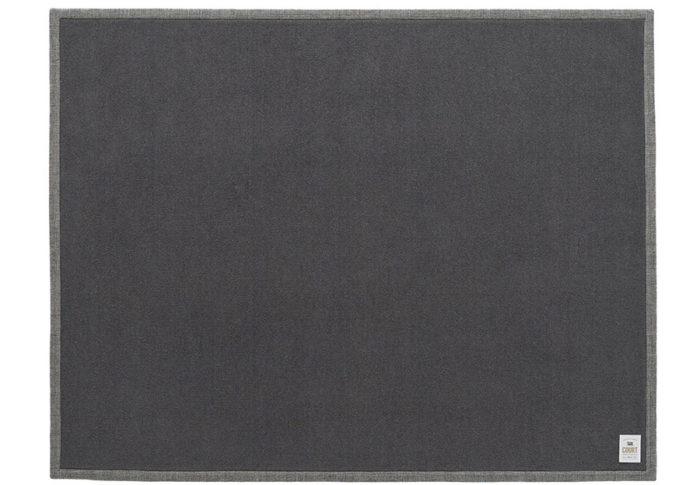 CHARCOAL GREYのカーペットにGlen checkのトリミング。英国紳士を思わせる上品な雰囲気。