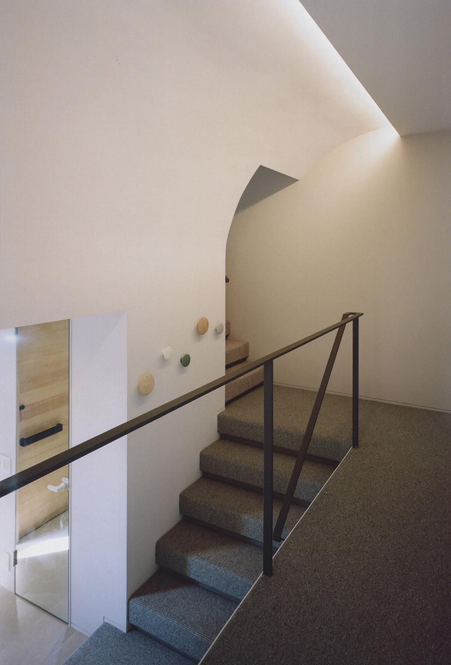 素足で駆け上がると気持ちいいカーペットの階段。