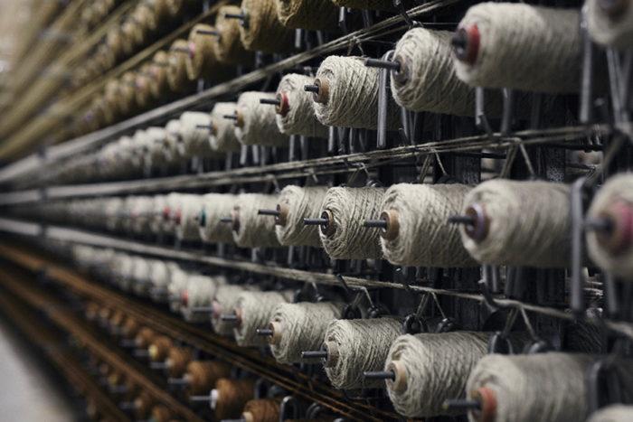 無地のカーペットを生産するためにおよそ1200個の糸を交換する必要があり、最大で5色・6000個の糸を交換し、はじめて製織工程に入る。