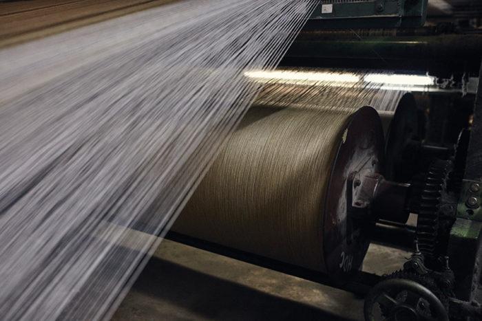 製織工程ではウールの糸だけではなく、表面からは見えない糸も含めて最大10000本くらいの糸を同時に織り込んでいく。