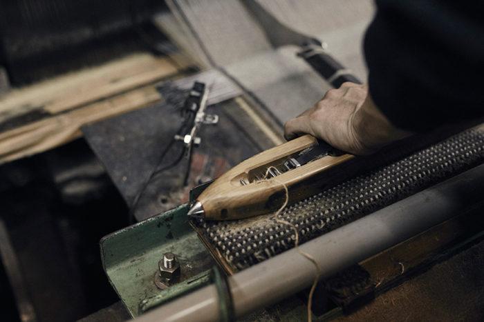 織工と呼ばれる職人が、ひとりで1台の巨大なウィルトン織機を動かす。