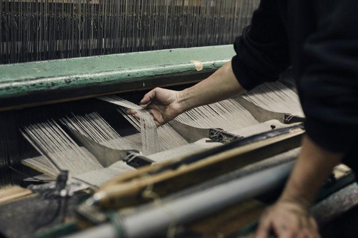 織工は目で糸を確認し、耳で織機の音を聞き、感覚を研ぎすませながら製織していく。