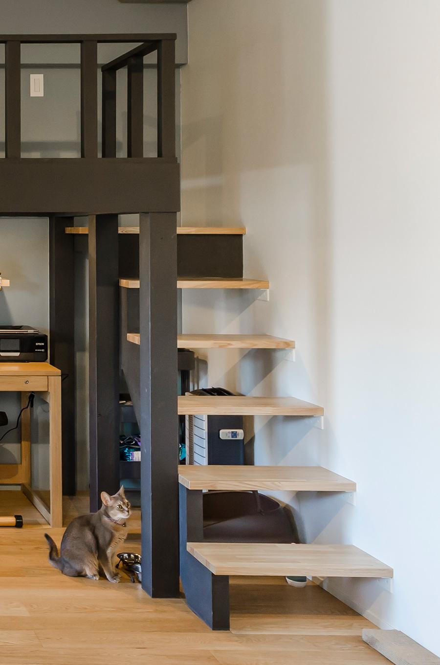 板が宙に浮かぶ片持ち階段をイメージ。